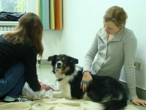 Zwei Mädchen mit Hund