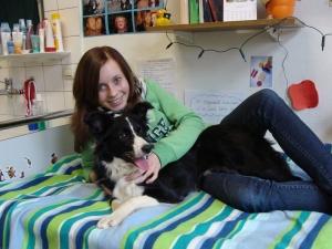 Mädchen mit Therapiehund auf Bett