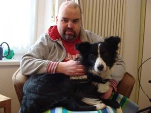 Mann mit Hund auf dem Schoss