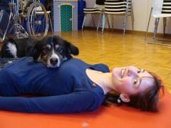 Mädchen und Hund liegend