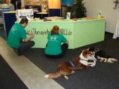 Mit den Theraphiehunden auf der Pflegemesse